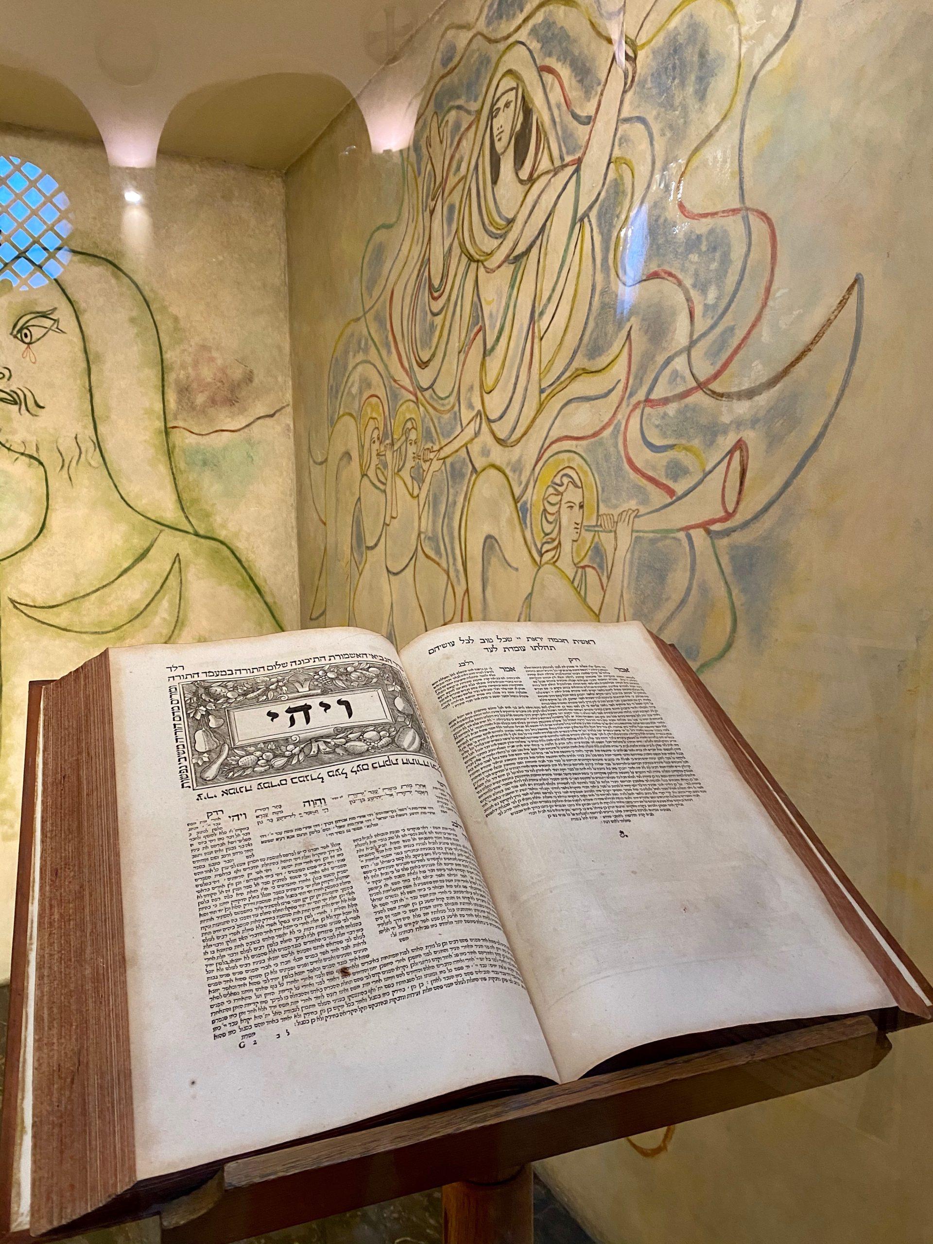 La Bible hébraïque des Rabbins installée dans la chapelle Cocteau de Notre Dame de France